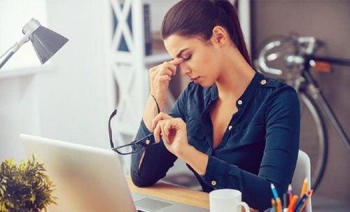 Kvinde der er udmattet paa arbejdet