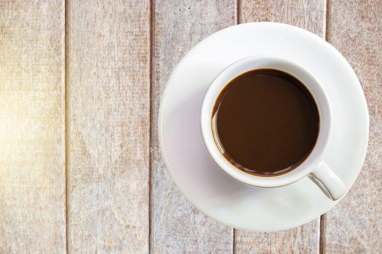 En kop kakao set ovenfra.