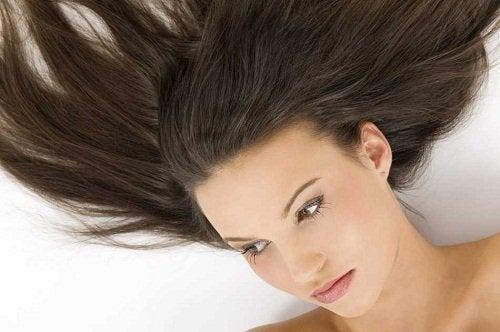 Kvinder der ligger med haaret spredt ud