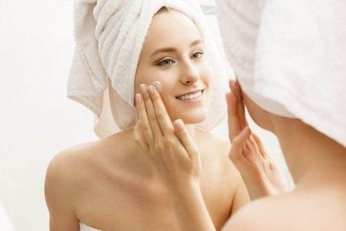 Kvinde der plejer sin hud efter et bad