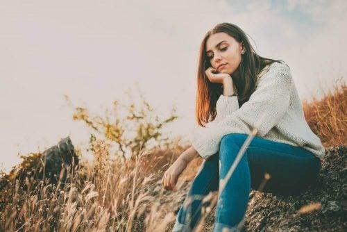 Kvinde der sidder udenfor og taenker