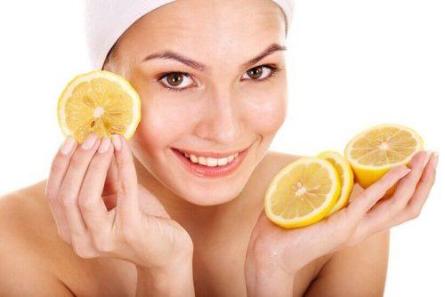 Kvinde med citron skiver