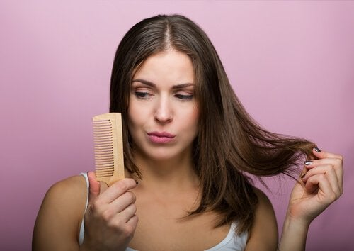Kvinde med hårbørste.