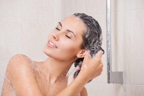 Kvinde vasker sit hår.