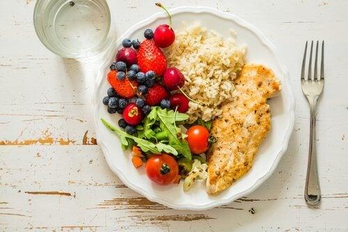 Tallerken med frugt og groent med ris og kylling