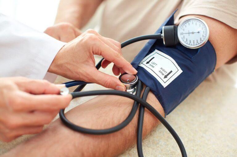Person får sit blodtryk målt.