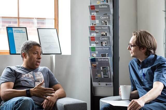 Mand der snakker med sin psykolog