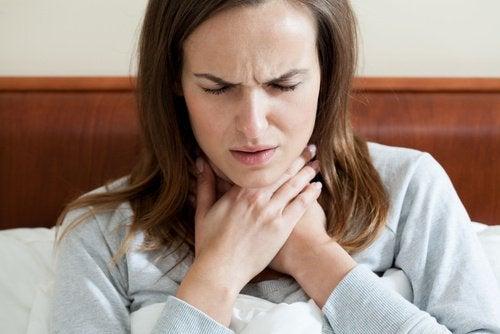 Kvinde med ondt i halsen - knaeklyde i