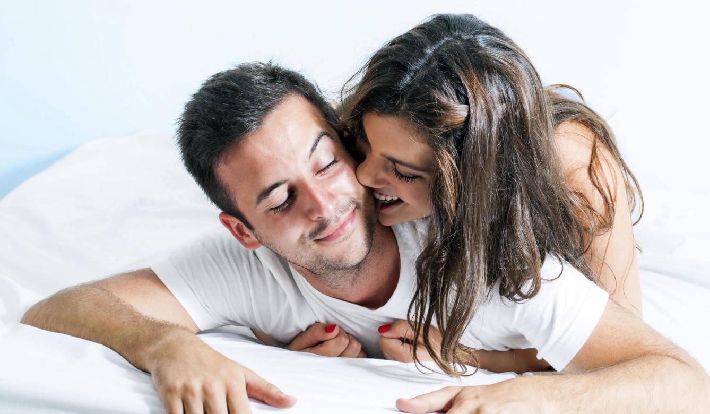 Par leger i sengen