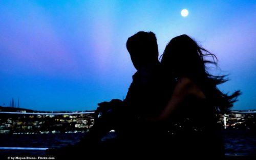 Fuldmånen er romantisk at se på, når man er sammen med sin partner.