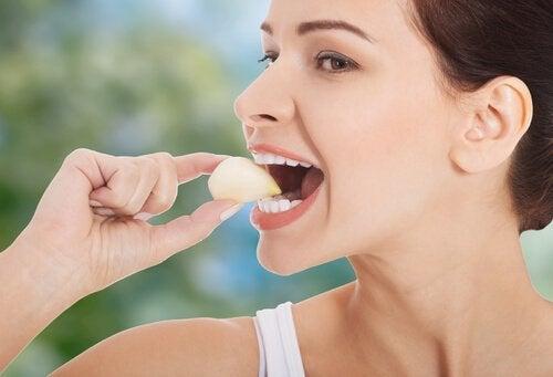 Kvinde der spiser hvidloeg - hvidloeg mod forhoejet blodtryk