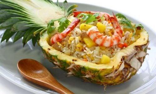 Reje cocktail i en ananas - kurerer forstoppelse