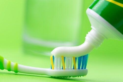 Tandpasta der bliver lagt paa en tandboerste - rense dit strygejern