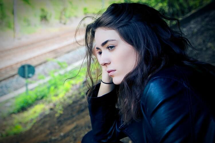 Trist pige med sort haar og sort toej