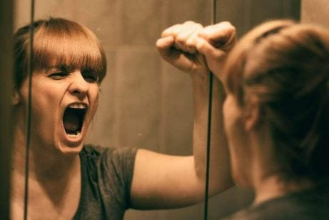 Kvinde raaber ad sit spejlbillede