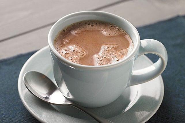 En kop varm kakao i en hvid kop.