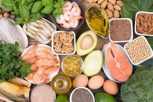 En række sunde fødevarer som kan bruges under overgangsalderen