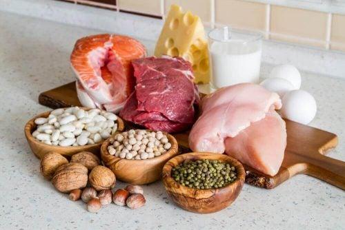 Proteinrige fødevarer er en af de mange vigtige kostvalg for at tabe sig under overgangsalderen