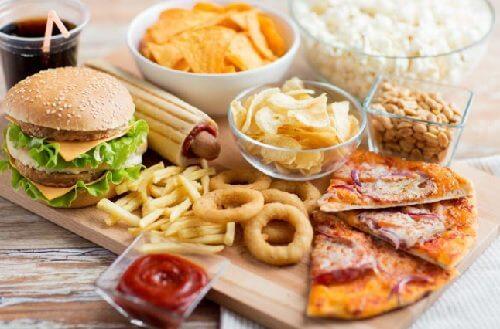 Forarbejdet og usund mad der ikke burde indtages, hvis man vil nå idealvægt