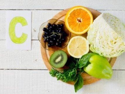 Vitamin-E,-booster-dit-immunsystem,-og-kan-findes-i-valnoedder,-mandler-og-jordnoedder.
