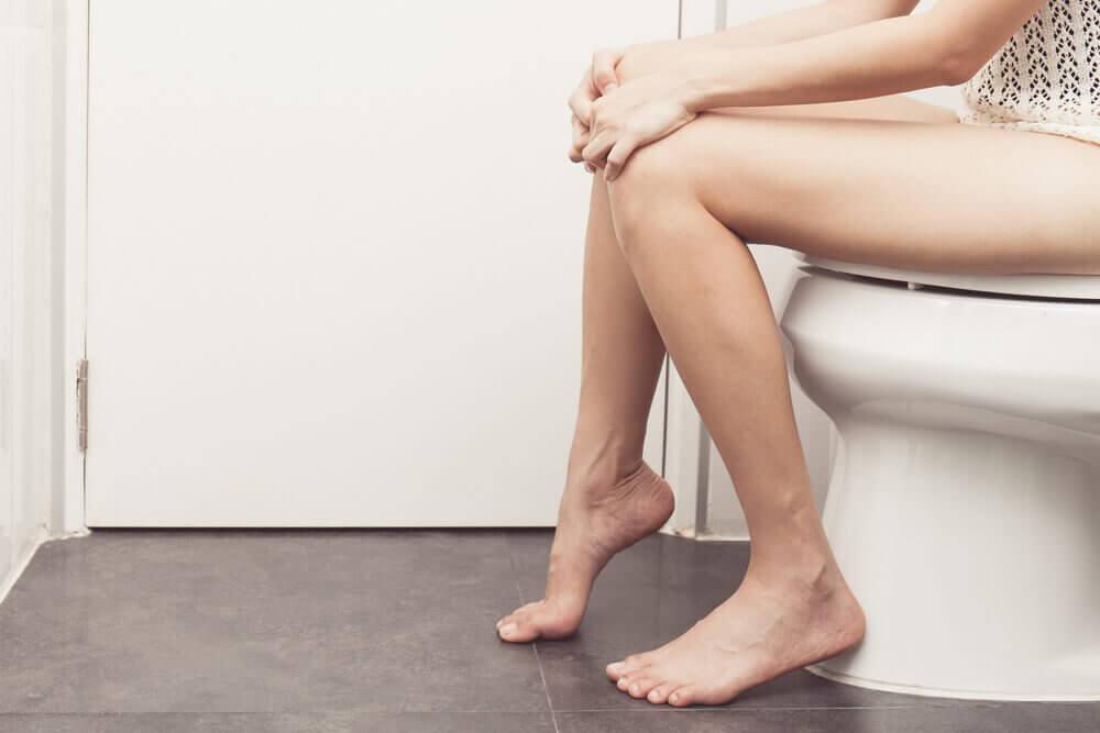 kvinde på toilet