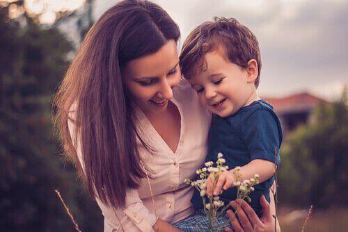 En super mor med sin søn.