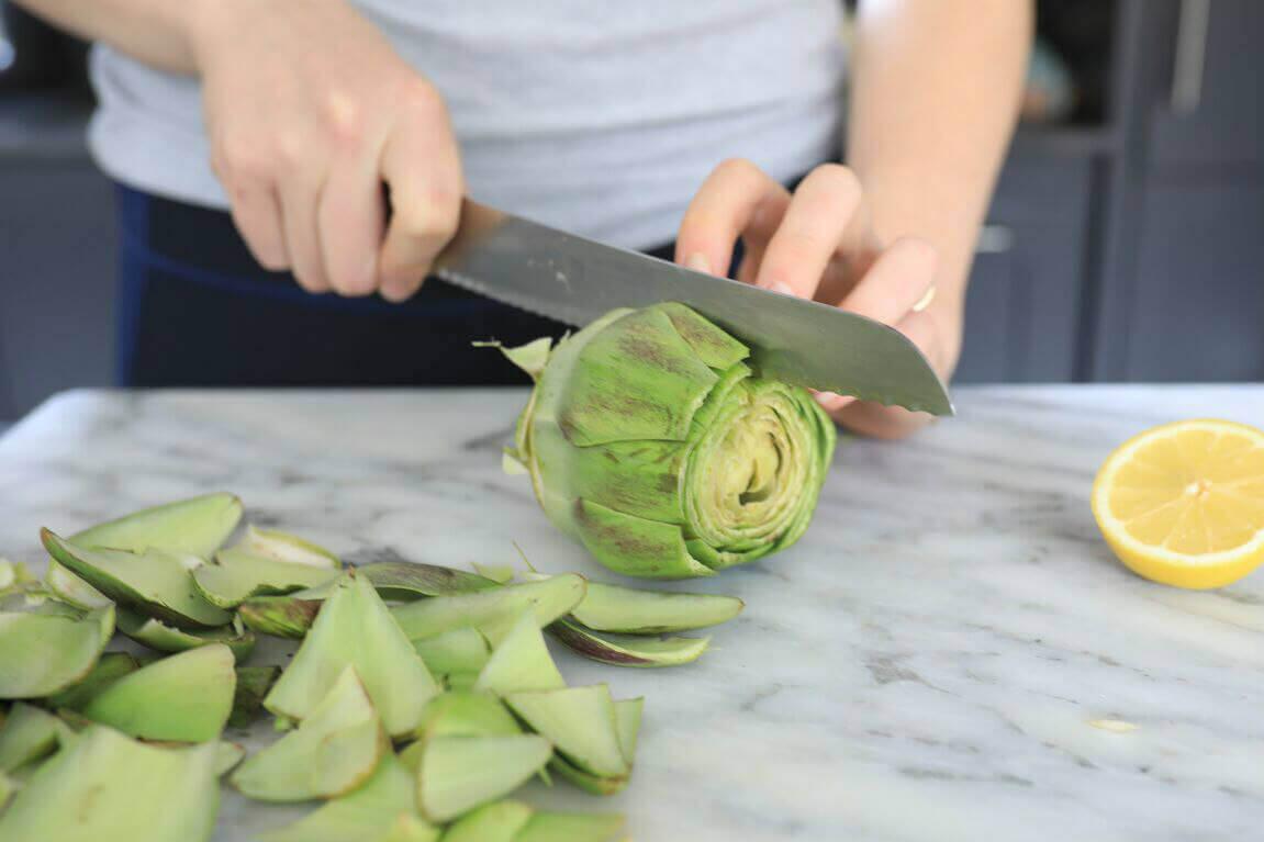 Grøntsag skæres ud.