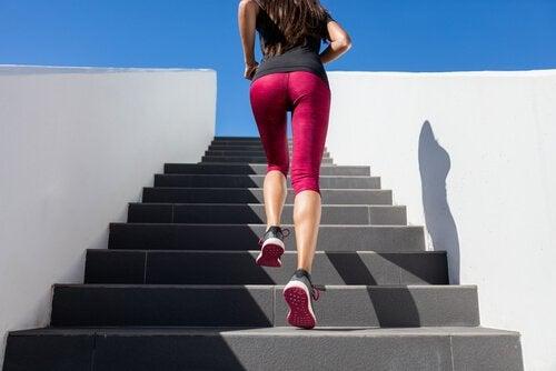 Kvinde løber op ad trapper