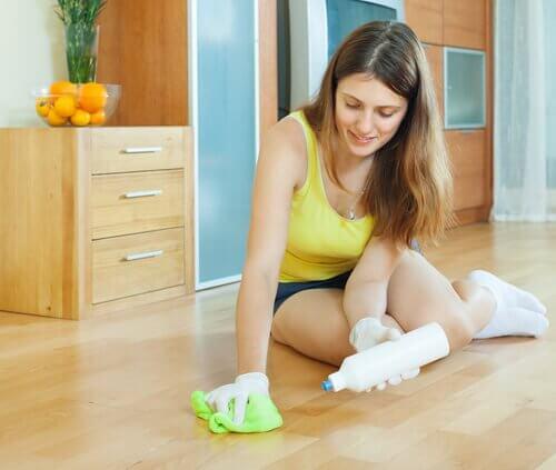 Kvinde rengør gulv