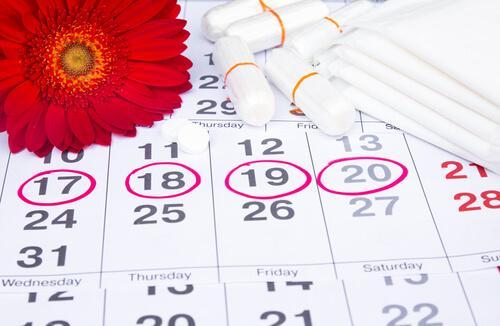 Kalender med røde cirkler.