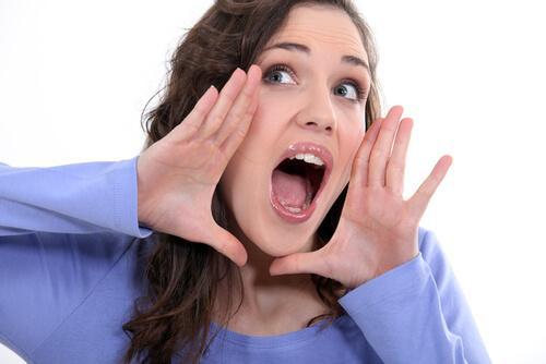 Kvinde åbner sin mund.
