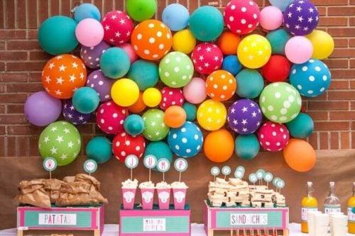 Balloner klistrede på væggen