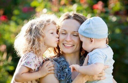 En mor med sine to boern