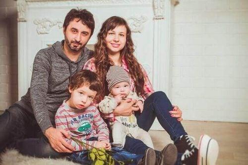 Billede af far mor og to boern