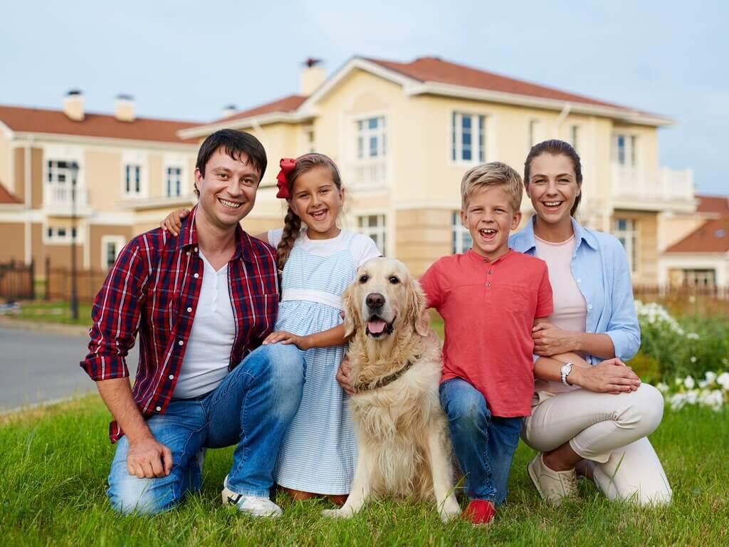 Hele familien med en hund.