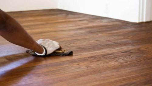 Sådan kan du nemt fjerne ridser i gulvet: 5 metoder