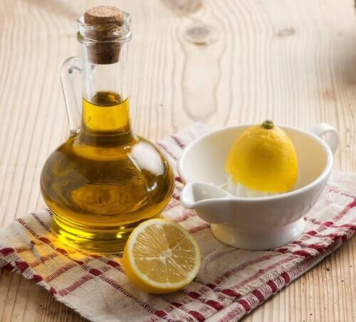 Glas med olie og en citron i en skaal