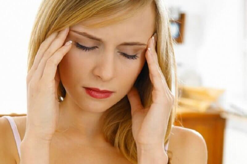 kvinde med hovedpine