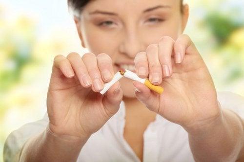 Kvinde der knaekker en cigaret
