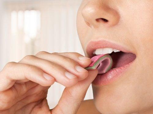 Kvinde der kommer fladt tyggegummi i mund