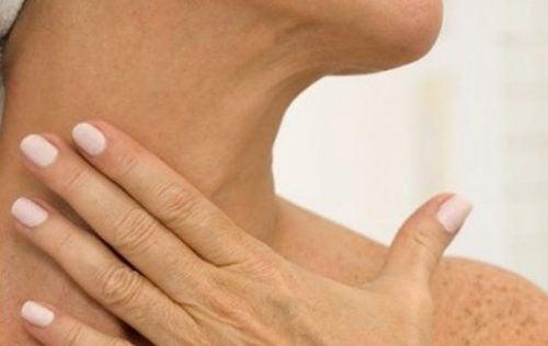 Kvinde der roerer sin hals