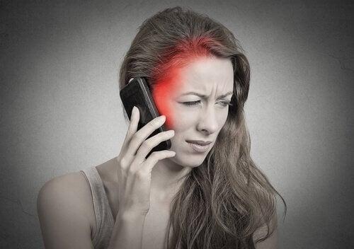 Kvinde der snakker i telefon