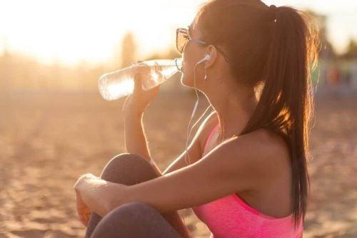 Kvinde drikker vand for at få fugtigere hud