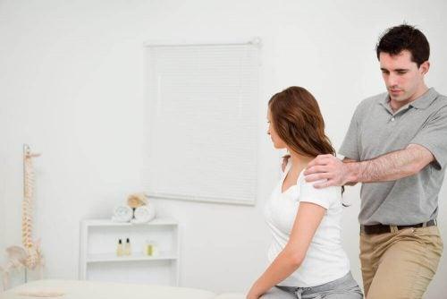 Planken er ikke bare god for musklerne alene. Den forbedre din holdning, så du ikke behøver tage til fysioterapi for at få rettet ryggen ud.