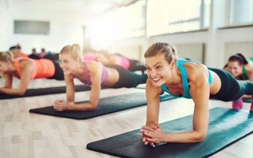 Sådan laver du planken, øvelsen der giver perfekte mavemuskler