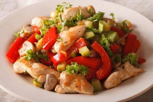 Ret med kylling og groentsager