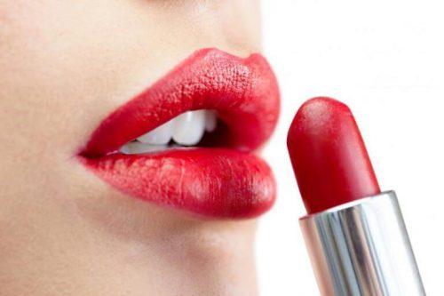 Læbestift kan være rigtig svært at gå med, fordi det smitter nemt af. Men det har vi et trick der hjælper mod.