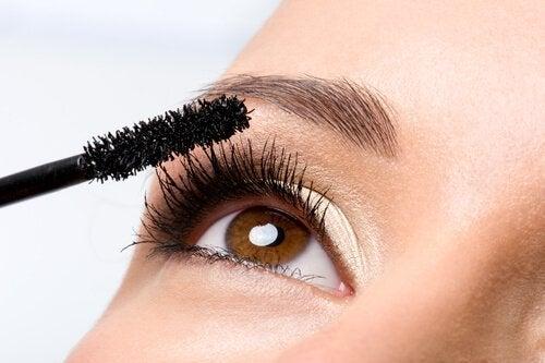 Vi kender det alle sammen. Vi lægger mascara, men rammer huden omkring øjet. Det er rigtig ærgerligt, og derfor har er løsningen ét af de make-up tricks vi har taget med i artiklen.