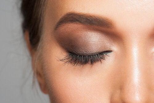 Øjenskygge giver et rigtig flot look til dine øjne og dit ansigt. Men husk at brug det med omhu.