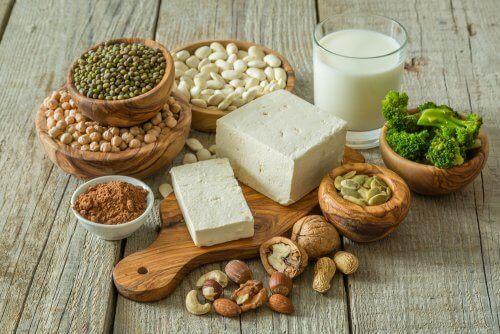 Et udvalg af veganske fødevarer.